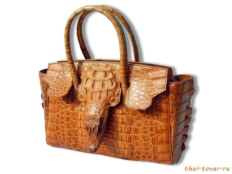 Особенно впечатляют сумочки из кожи питона и сумки с цветочными...